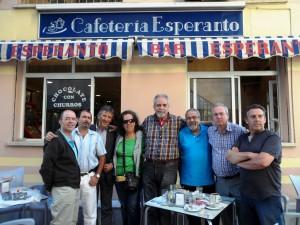 Renkonto en Malago, fronte al Kafejo Esperanto en samnoma strato