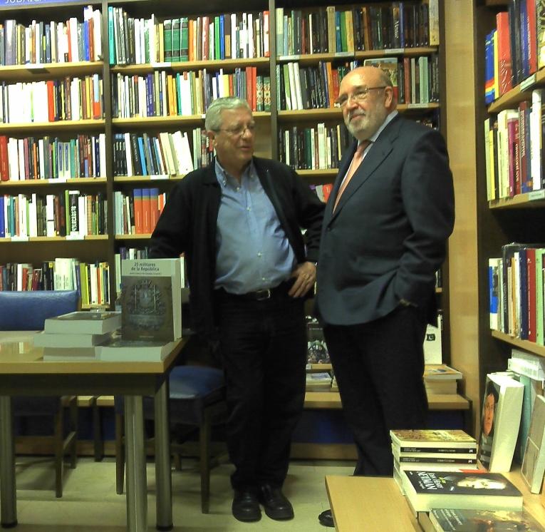Jorge Martínez Reverte y Javier García Fernández durante la presentación del libro '25 militares de la República'
